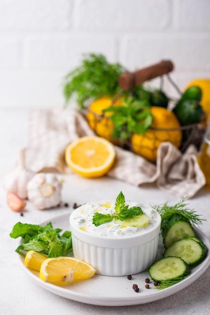 Традиционный греческий соус или закуска цацики Premium Фотографии