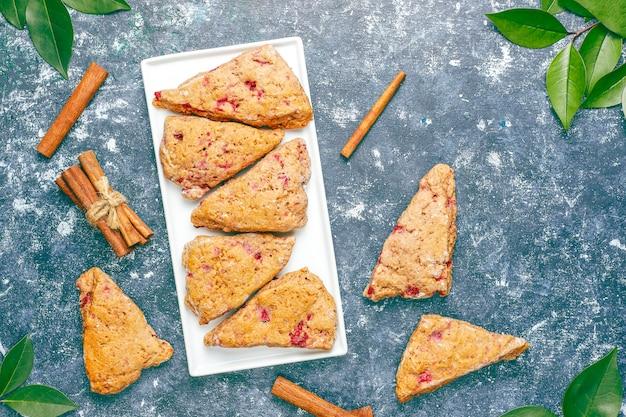 Традиционные домашние английские булочки с замороженной малиной и корицей, вид сверху Бесплатные Фотографии