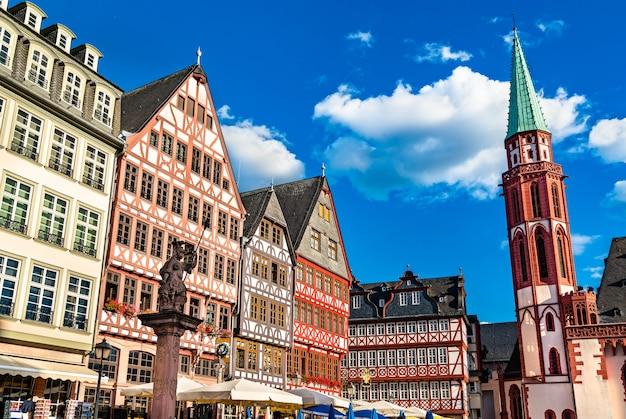 ドイツ、フランクフルト・アム・マインのロメルベルクの伝統的な家屋 Premium写真