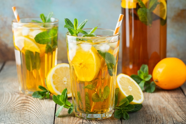 Traditional iced tea with lemon and ice. Premium Photo