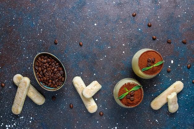 Традиционный итальянский десерт тирамису в очках, вид сверху. Бесплатные Фотографии