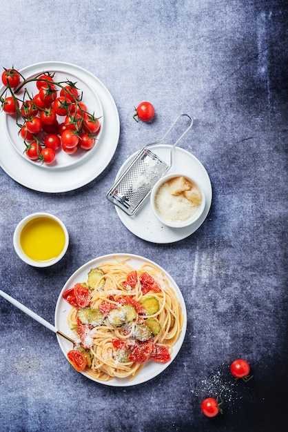 Традиционная итальянская паста с помидорами, цуккини и пармезаном Premium Фотографии