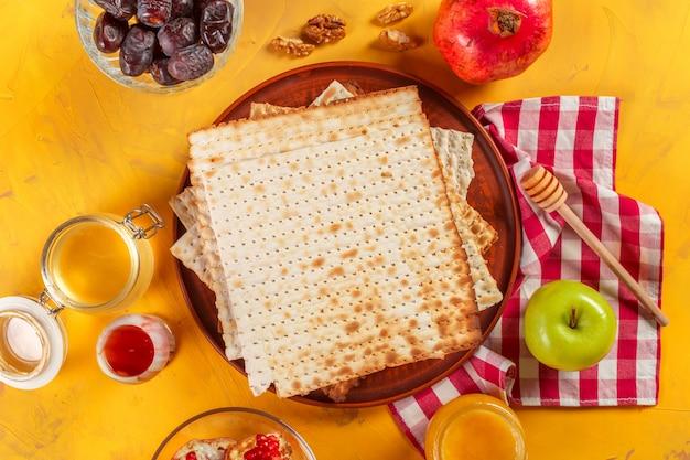 Traditional jewish kosher matzo for easter pesah Premium Photo
