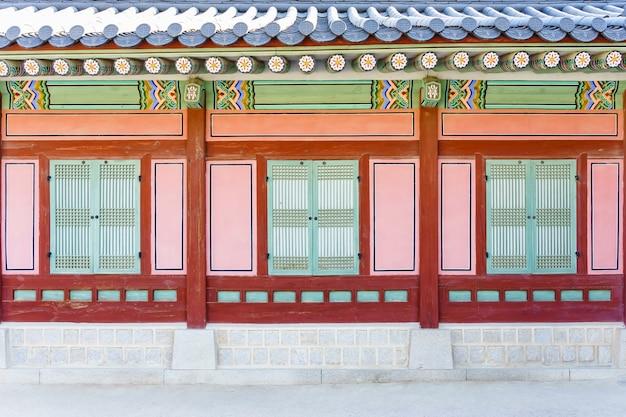 Traditional korean architecture at gyeongbokgung palace in seoul, south korea. Premium Photo