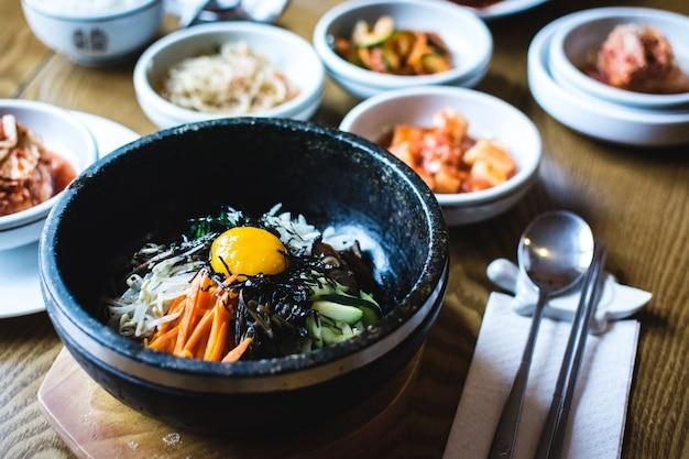 날달걀 노른자와 한국 전통 비빔밥 야채 무료 사진