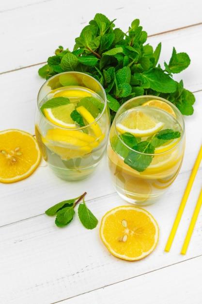 Traditional lemonade with lemon mint Premium Photo