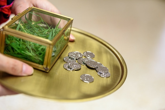 伝統的な結婚の真剣なお金、結婚披露宴中の銀貨。 Premium写真