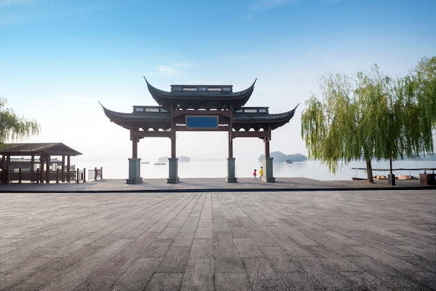 Traditional memorial arch in west lakefront,hangzhou, china Premium Photo