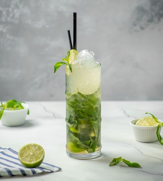 Традиционный мохито со льдом и мятой на столе Бесплатные Фотографии