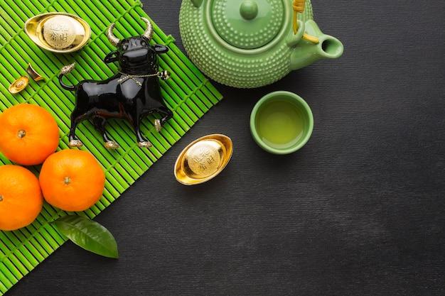 Традиционный новогодний китайский бык и набор чайников и чашек Premium Фотографии