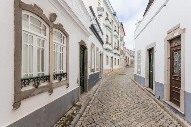 タヴィラの伝統的なポルトガルの通り。 Premium写真