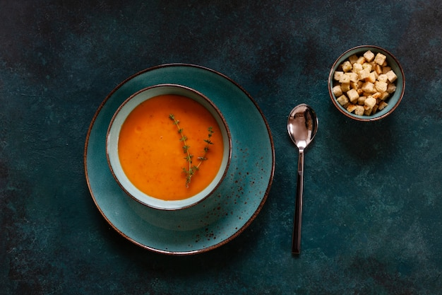 Traditional pumpkin homemade cream-soup with croutons and thyme Premium Photo