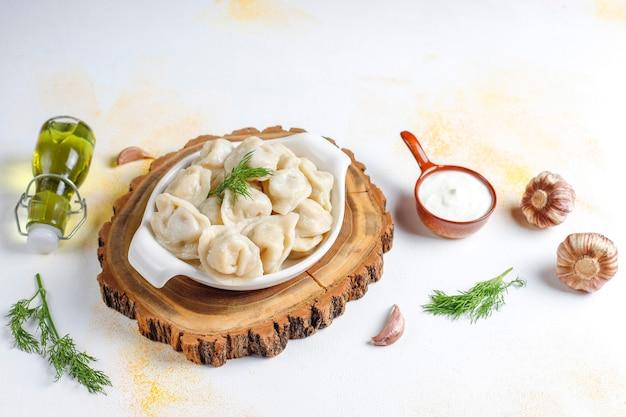 Pelmeni o gnocchi russi tradizionali con carne. Foto Gratuite
