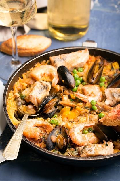 Традиционная паэлья из морепродуктов на сковороде Premium Фотографии