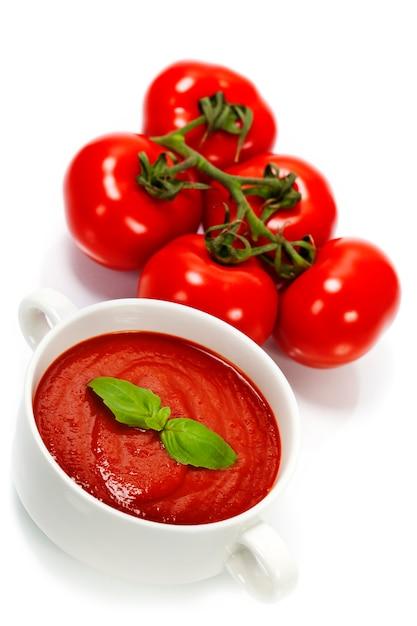 Традиционный томатный суп и ингредиенты Premium Фотографии