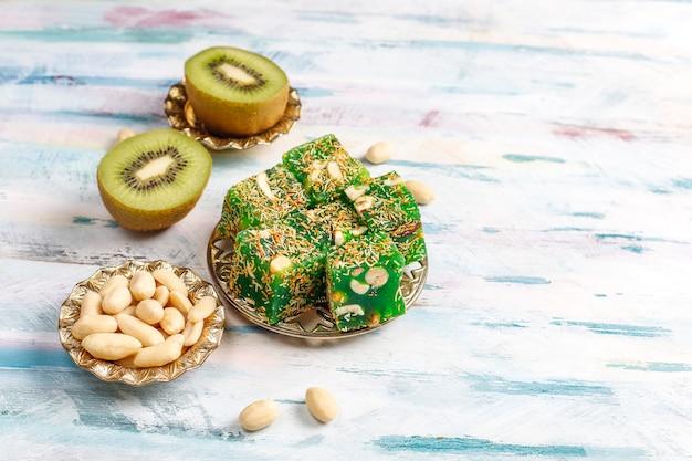 伝統的なトルコ料理、東洋のお菓子。 無料写真