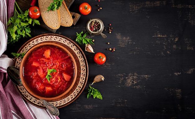 Традиционный украинский русский борщ или красный суп на тарелке. вид сверху Бесплатные Фотографии