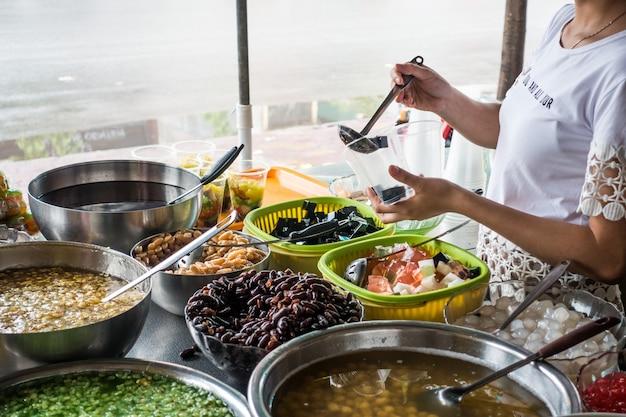 Традиционный вьетнамский сладкий десерт че из бобов и других натуральных ингредиентов Бесплатные Фотографии