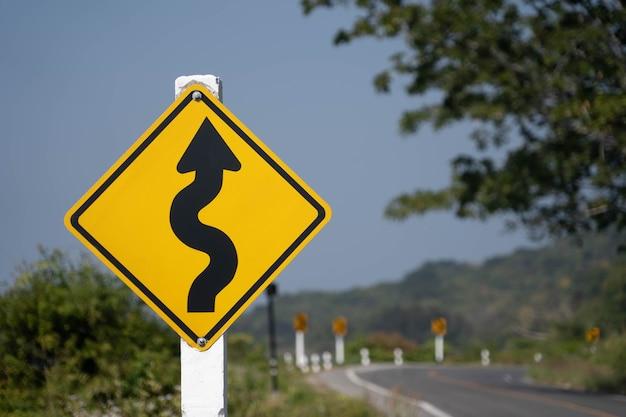 下り坂の交通警報。スピードを落とす。 Premium写真