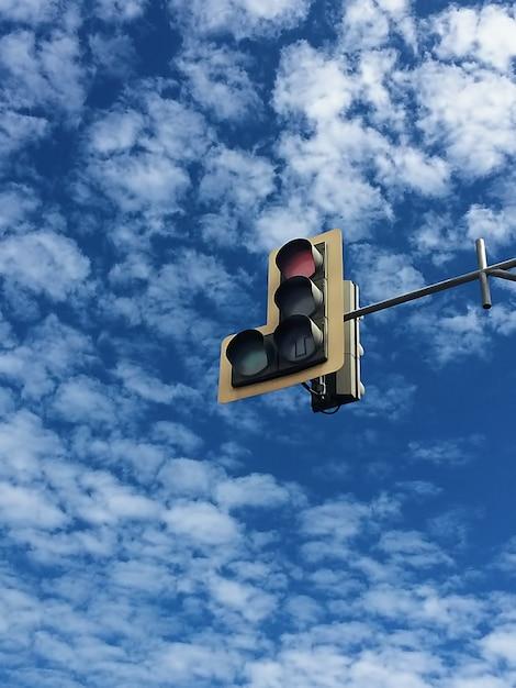青い空と白い雲がたくさんトラフィックライト Premium写真