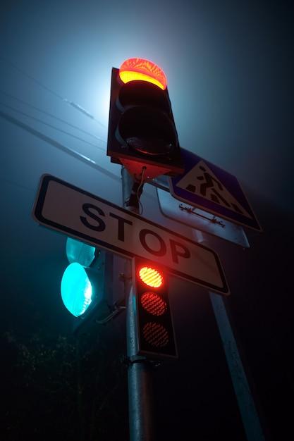 夜の横断歩道の標識 Premium写真
