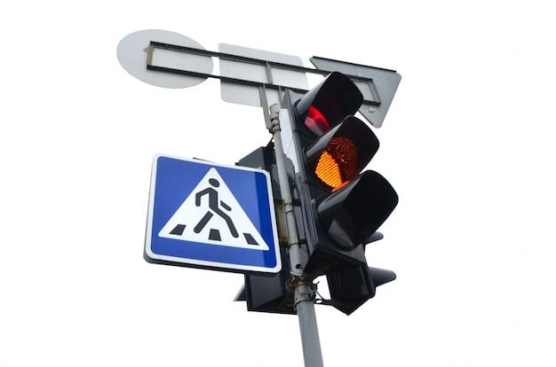 白で隔離される赤信号と信号機 Premium写真