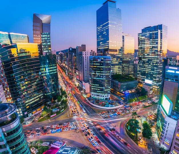 Traffic at night in gangnam city seoul, south korea. Premium Photo