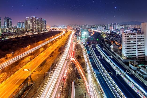 Traffico nel distretto di singil, skyline di seoul corea di notte. Foto Gratuite