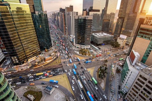 韓国のソウル江南の交差点を通る交通速度 無料写真