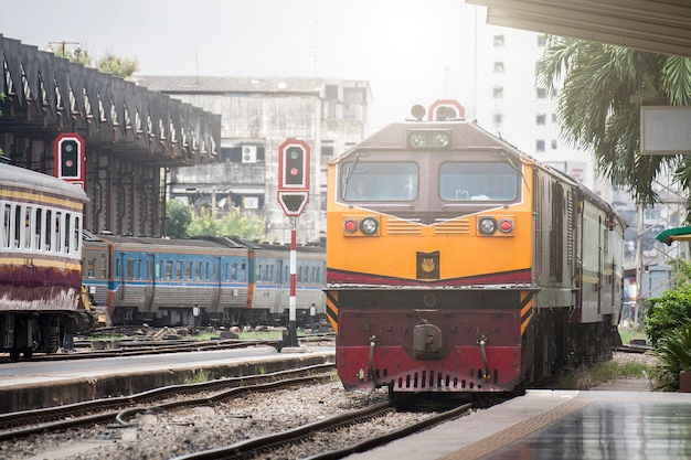 A train running into the station, hua lamphong, country thailand. Premium Photo