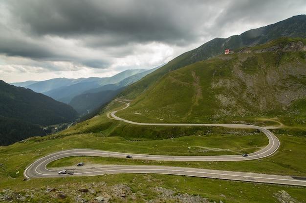Transfagarasan山道、ルーマニアのカルパティア山脈 Premium写真