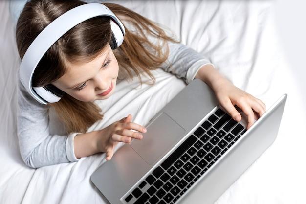 Переход на домашнее обучение детей и подростков Premium Фотографии