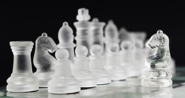 Прозрачные шахматные фигуры на борту Бесплатные Фотографии