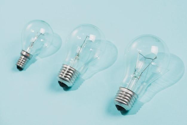 Прозрачные лампочки на синем фоне Бесплатные Фотографии
