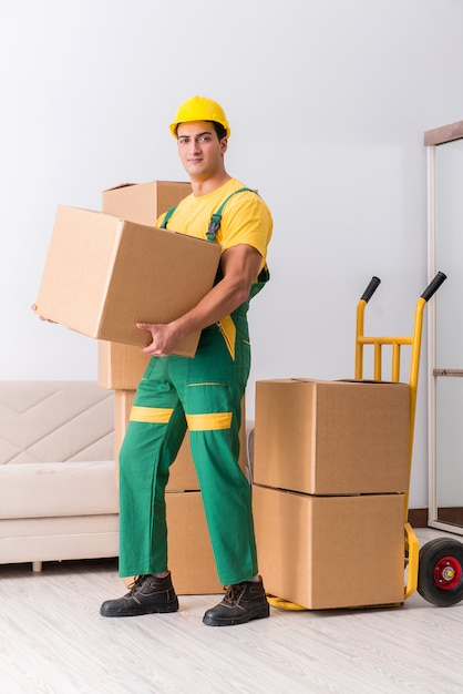 Transportation worker delivering boxes to house Premium Photo