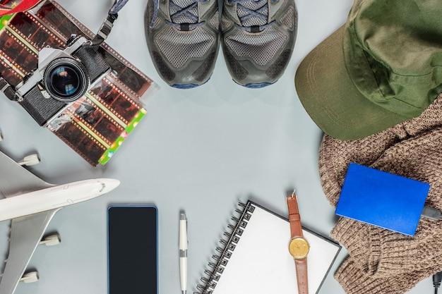 Аксессуары для путешествий со старинной камерой, самолетом, обувью, ноутбуком, пальто, шляпой, Premium Фотографии