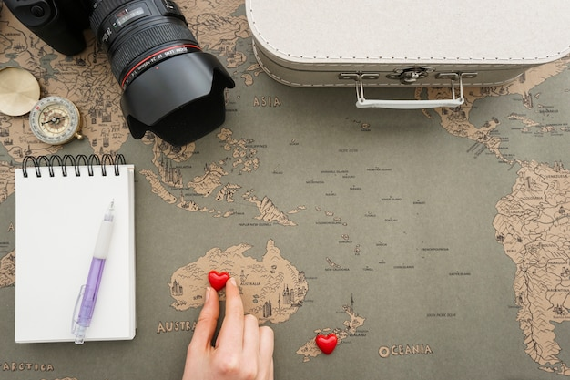 Travel background with hand placing a heart in australia Free Photo