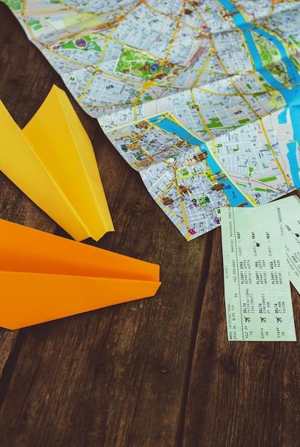 Концепция путешествия. объекты на деревянном столе концепции Бесплатные Фотографии