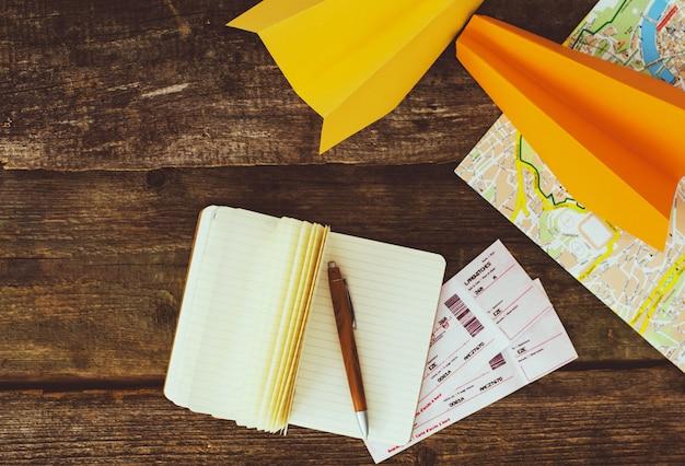 Концепция путешествия. предметы на деревянном столе Бесплатные Фотографии