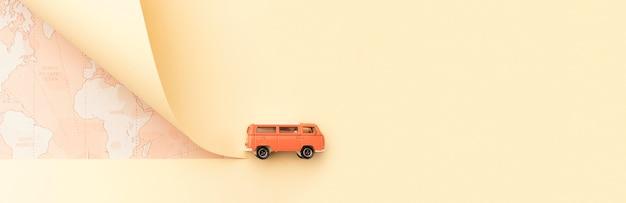 Concetto di viaggio con mappa e furgone giocattolo Foto Gratuite