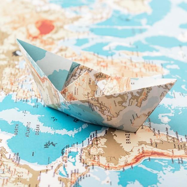 Concetto di viaggio con barchetta di carta Foto Gratuite