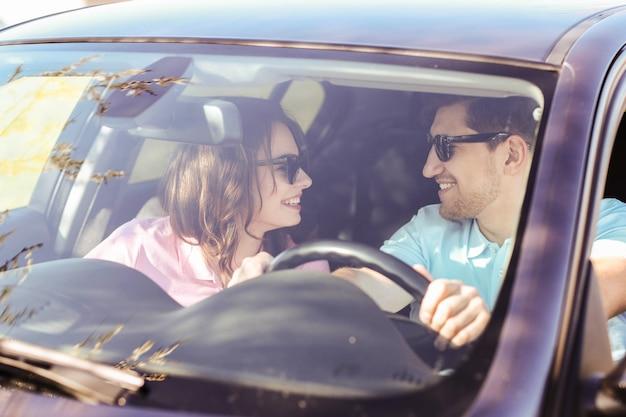 Viaggio. la coppia sta viaggiando in macchina Foto Gratuite