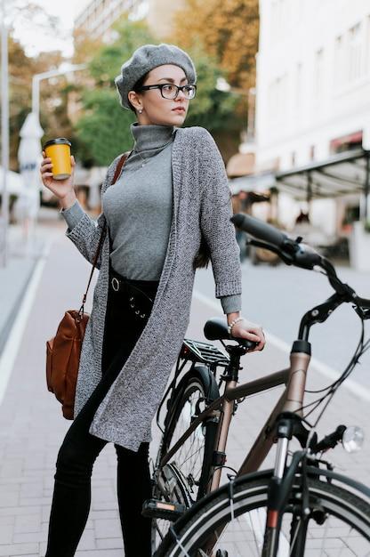 自転車とコーヒーを飲みながら都会の生活を旅する 無料写真