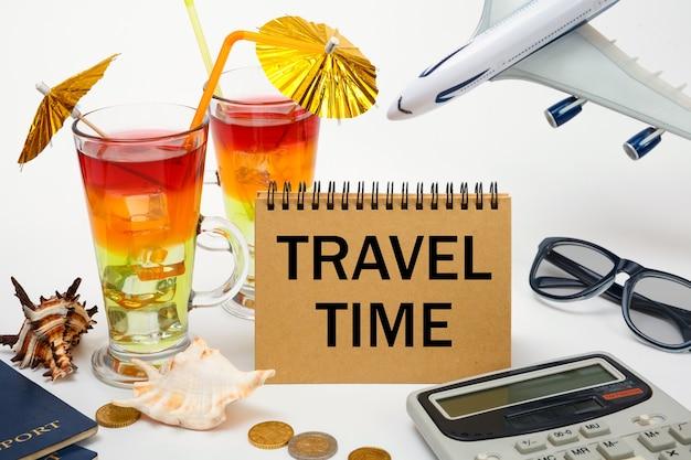 여행 시간 노트북, 칵테일, 비행기, 문서에 비문 프리미엄 사진