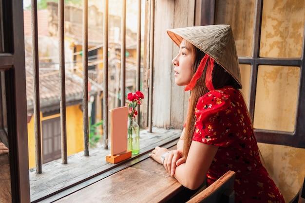 Путешествие женщины на улицах хой ан, вьетнам Premium Фотографии