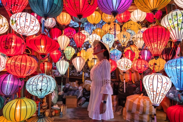 Путешествие женщина, выбирая фонари в хойане, вьетнам Premium Фотографии