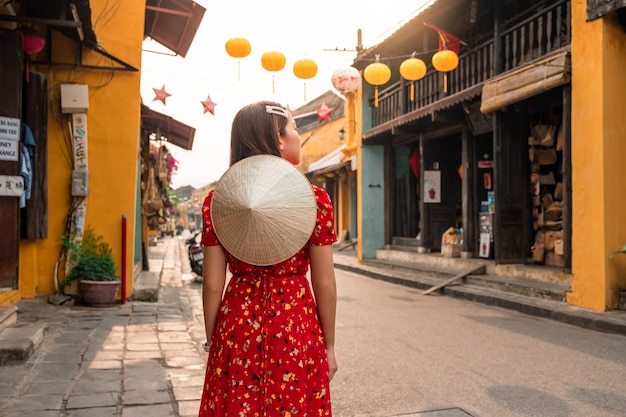 Travel woman at streets of hoi an, vietnam Premium Photo