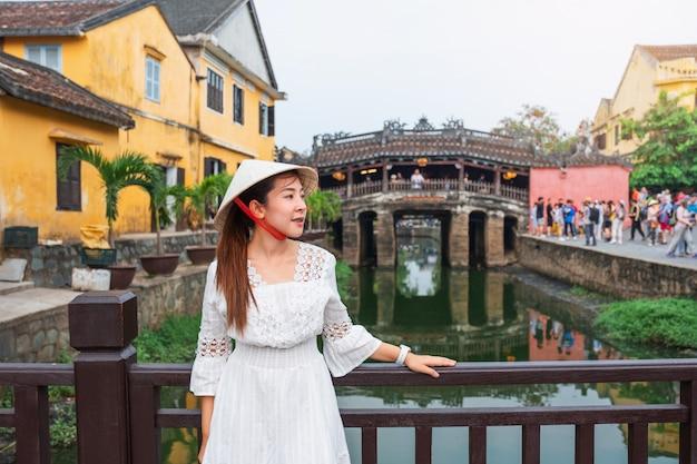 Путешествие женщины с японского крытого моста Premium Фотографии