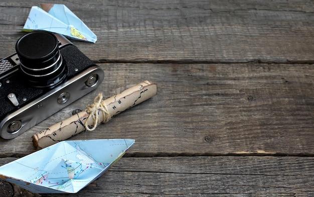 Путешествия, деревянный фон, карта, камера Premium Фотографии