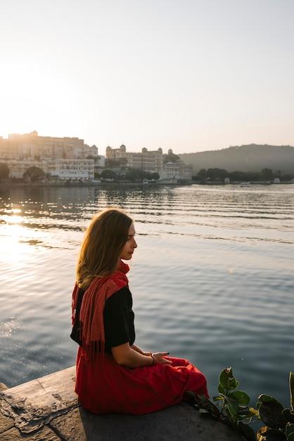 インド、ウダイプールのタージ湖の景色を楽しむ旅行者 無料写真
